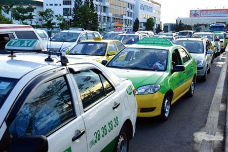 Taxi truyen thong: Chung toi dang la bia do dan cua khach hang hinh anh