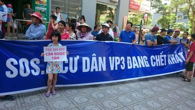Giua nang nong 41 do, dan chung cu Muong Thanh tap trung doi cap nuoc hinh anh 1