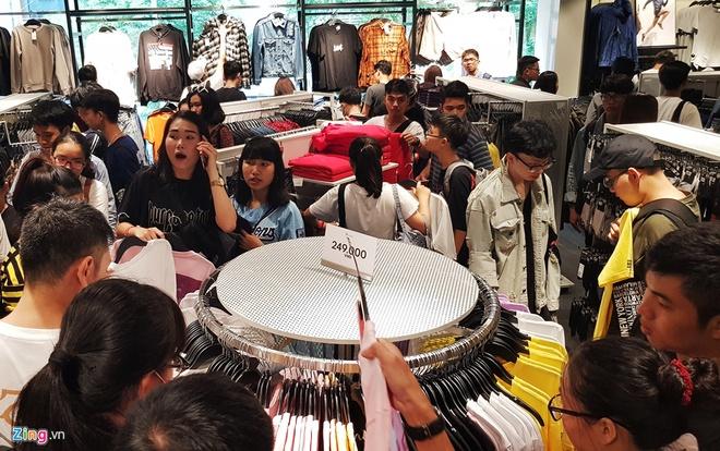 Hon 10.000 luot khach mua sam ngay khai truong, H&M mo cua den 24h hinh