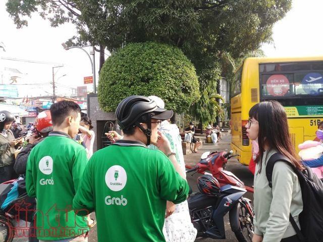 Hanh khach o ben xe Mien Dong bi Grabbike 'chat chem' hinh anh