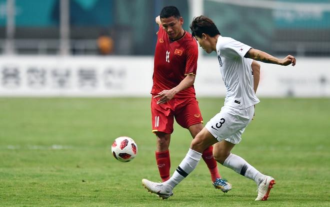 Quang cao o tran Olympic Viet Nam va UAE co gia bao nhieu? hinh anh