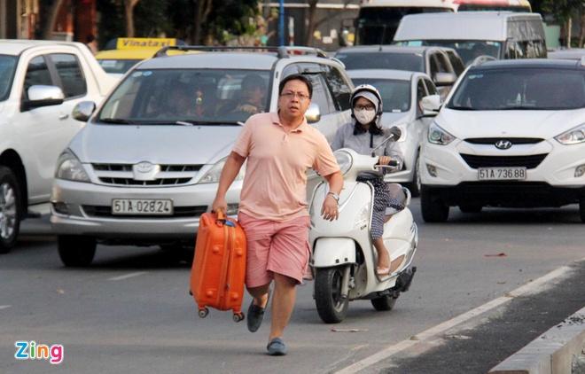 Ket xe, hanh khach vac vali chay thuc mang vao san bay Tan Son Nhat hinh anh