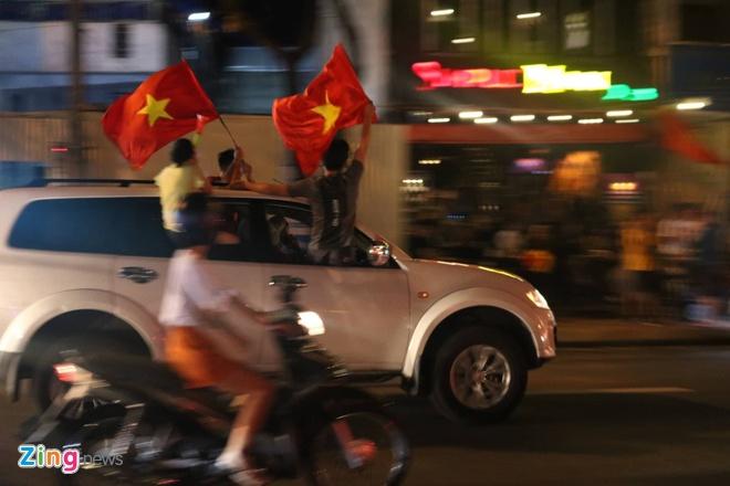 Bien nguoi ra duong xuyen dem mung chien thang cua Olympic Viet Nam hinh anh 10