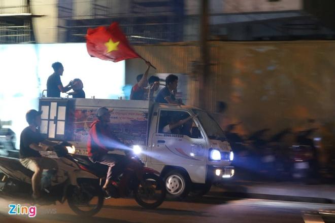 Bien nguoi ra duong xuyen dem mung chien thang cua Olympic Viet Nam hinh anh 9