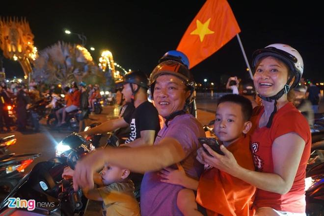 Bien nguoi ra duong xuyen dem mung chien thang cua Olympic Viet Nam hinh anh 7