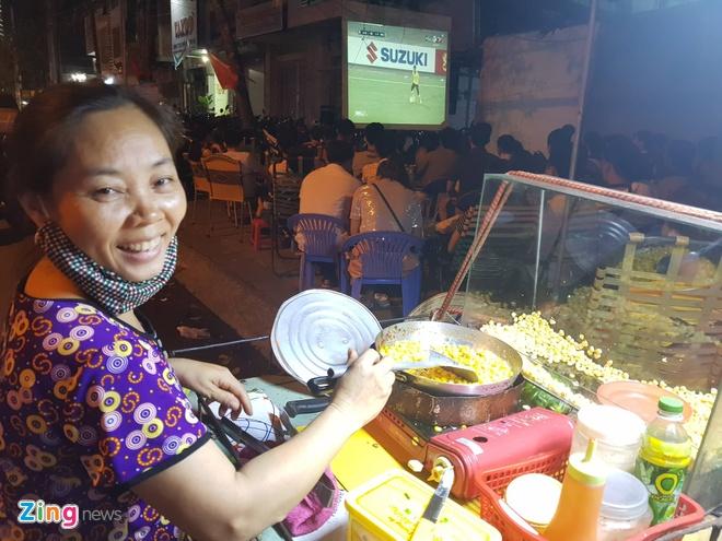 Sai Gon - Ha Noi tung bung truoc chien thang 2-0 cua tuyen Viet Nam hinh anh 53