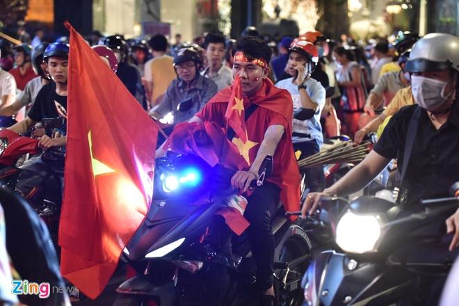 Sài Gòn, Hà Nội đỏ rực pháo sáng sau chiến thắng của tuyển Việt Nam