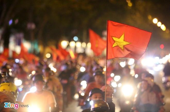Nguoi dan khap noi ra duong mung Viet Nam vao chung ket AFF Cup hinh anh 8