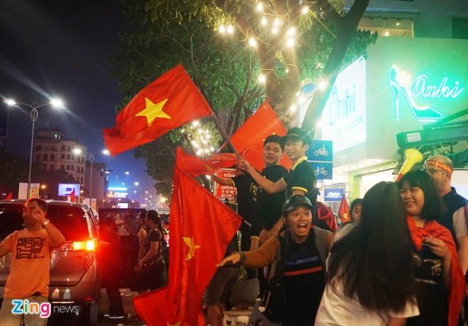 Nguoi dan khap noi ra duong mung Viet Nam vao chung ket AFF Cup hinh anh 34