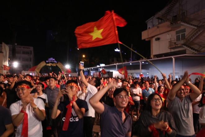 Nguoi dan khap noi ra duong mung Viet Nam vao chung ket AFF Cup hinh anh 1