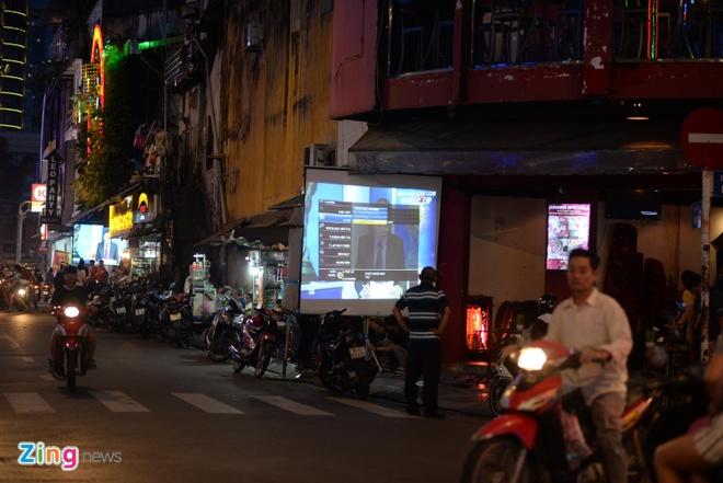"""Cổ động viên Việt """"thở phào"""" sau trận hòa 0 – 0 trên đất Thái"""