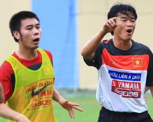 5 ly do khien cau thu Viet Nam de sa nga hinh anh 5 Từ tuyển thủ U23, Đắc Khánh (trái) đánh mất tất cả vì thú đỏ đen trong dịp World Cup 2010.