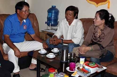 Cha mẹ Long Giang tới xin lỗi đội bóng ngày 22/7. Ảnh: Tuổi trẻ