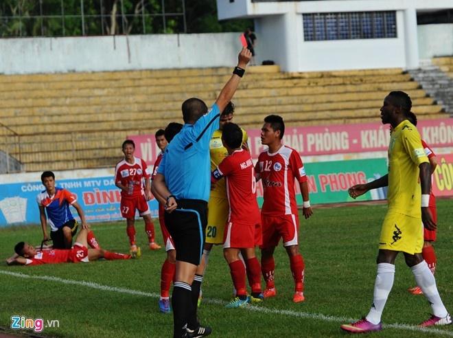 8 an phat nang nhat tai V.League 2014 hinh anh 5 Vụ ẩu đả trên sân Lạch Tray giữa cầu thủ Hải Phòng và Hà Nội T&T.