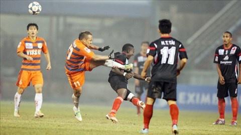 8 an phat nang nhat tai V.League 2014 hinh anh 1 Pha bóng đạp thẳng ngực đối phương rợn người của Đinh Văn Ta.