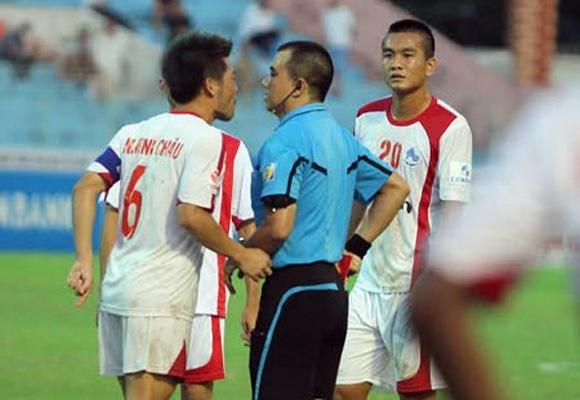 8 an phat nang nhat tai V.League 2014 hinh anh 6 Minh Châu phản ứng gay gắt trọng tài Phùng Đình Dũng.