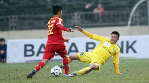 8 an phat nang nhat tai V.League 2014 hinh anh 3 Pha tắc bóng của Đình Đồng khiến đối phương gãy chân nằm đổ gục trên sân