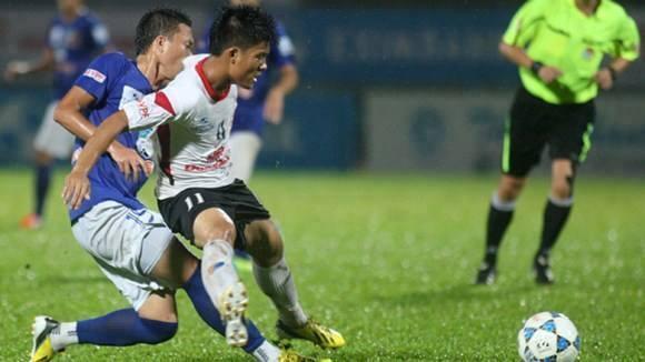 Top 5 cau thu lun nhat tai V.League 2014 hinh anh 1 Huỳnh Tấn Tài (áo trắng) là cầu thủ thấp nhất V.League