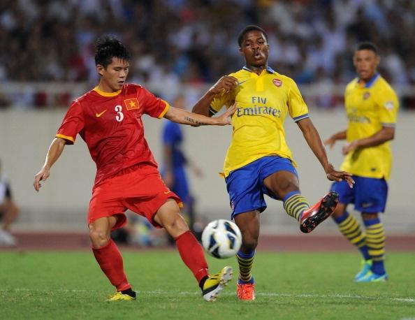 Trung vệ Dương Thanh Hào trong trận giao hữu với CLb Arsenal. Ảnh; Getty Images