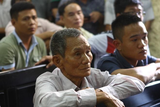 Cau thu Ninh Binh giau bo me ve an treo gio vinh vien hinh anh 2 Hình ảnh người cha của Quang Hùng tiều tụy tại phiên xét xử. Ảnh: Hoàng Minh