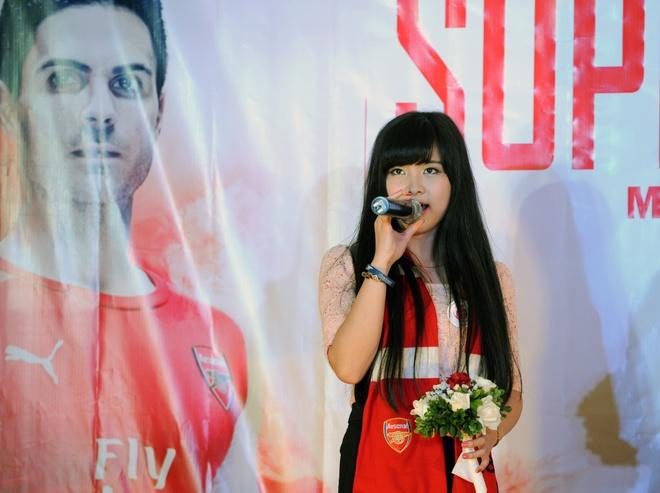 'Crying girl' yeu Arsenal nhung U19 Viet Nam moi la so 1 hinh anh 2 Nhật Lệ tham gia một tiết mục văn nghệ trong đêm gala kỷ niệm 10 năm thành lập Hội CĐV Arsenal Việt Nam