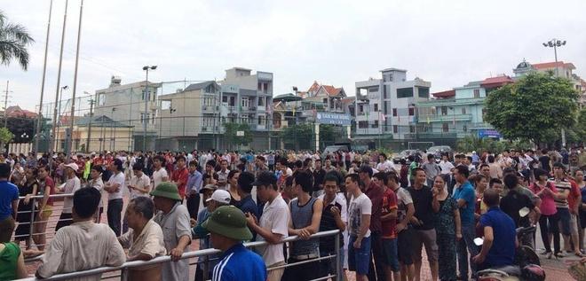 CDV Quang Ninh xep hang tu 5h sang mua ve xem U23 Viet Nam hinh anh