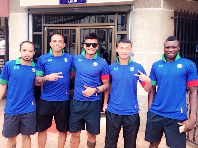 Cuu vua pha luoi U19 DNA lo co hoi thuyet phuc HLV Miura hinh anh 2 Xuân Nam (thứ hai từ phải sang) cùng đồng đội ở SHB Vientiane.