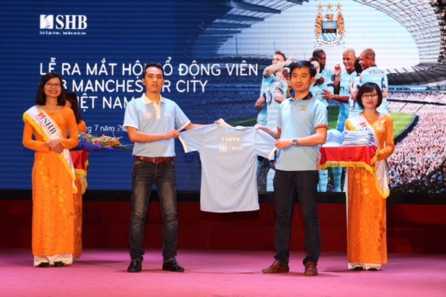 Man City thiet ke trang phuc cho CDV tai Viet Nam hinh anh