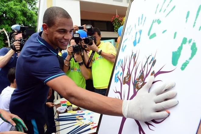 Sao Man City dung tay in tranh tang fan nhi hinh anh