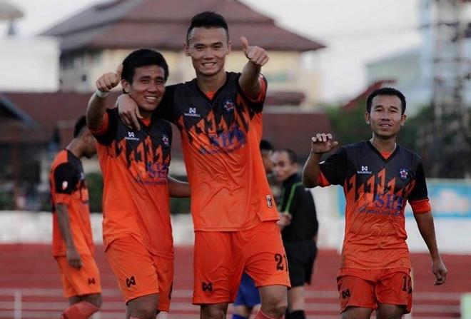 Xuân Nam (giữa) là cầu thủ chơi nổi bật nhất tại Lao League lúc này.