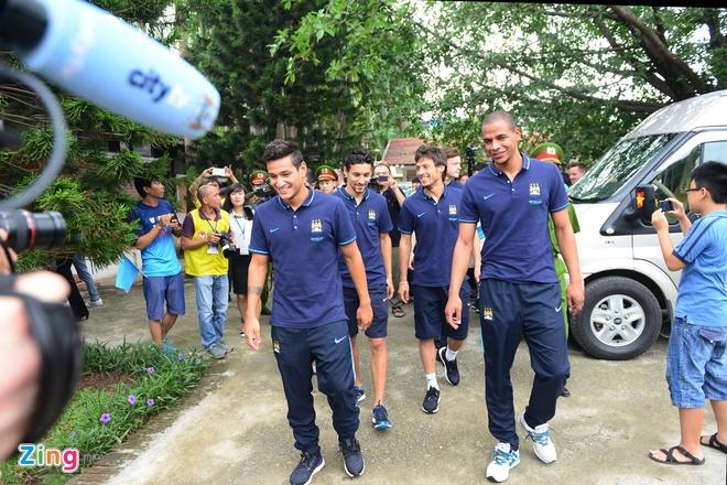 Sao Man City dung tay in tranh tang fan nhi hinh anh 1