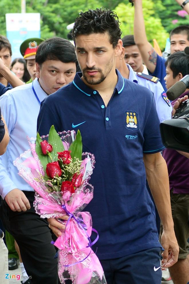 Sao Man City dung tay in tranh tang fan nhi hinh anh 3