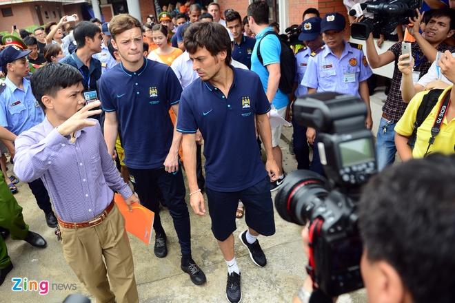 Sao Man City dung tay in tranh tang fan nhi hinh anh 5