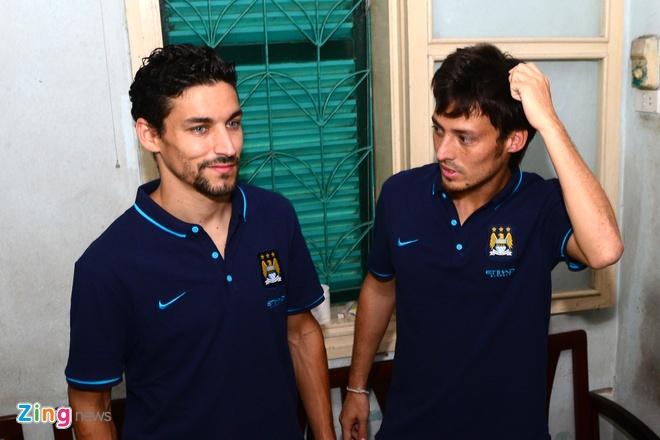 Sao Man City dung tay in tranh tang fan nhi hinh anh 8