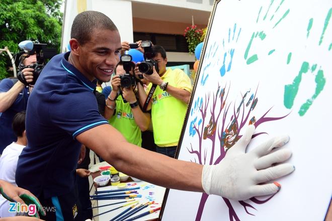 Sao Man City dung tay in tranh tang fan nhi hinh anh 9