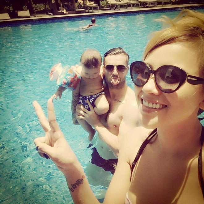 To am hanh phuc cua trung ve Ha Lan va DJ Myno hinh anh 4 Vợ chồng DJ Myno ngộ nghĩnh tạo dáng chụp ảnh bên bể bơi.