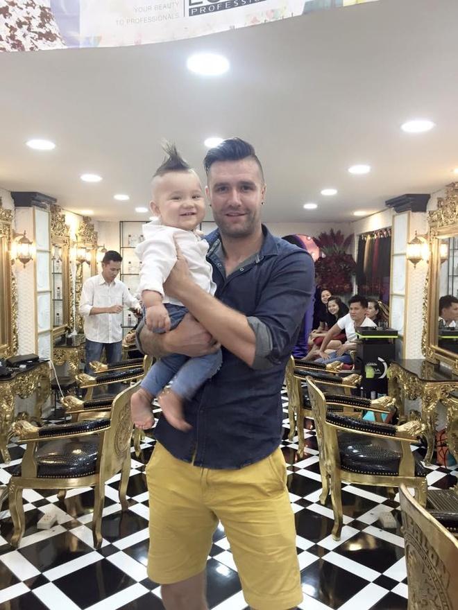 To am hanh phuc cua trung ve Ha Lan va DJ Myno hinh anh 10 Bé David gần tròn một năm tuổi theo chân bố đi cắt tóc.