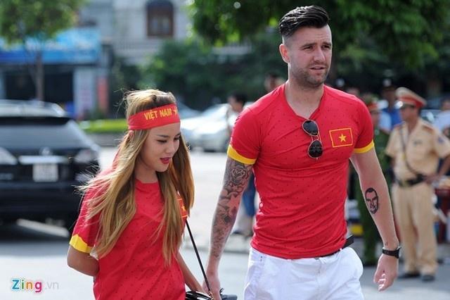 To am hanh phuc cua trung ve Ha Lan va DJ Myno hinh anh 6 Trung vệ Hà Lan đưa vợ đi biểu diễn trên sân Cẩm Phả trước trận giao hữu giữa U23 Việt Nam và U23 Myanmar. Ảnh: Anh Tuấn