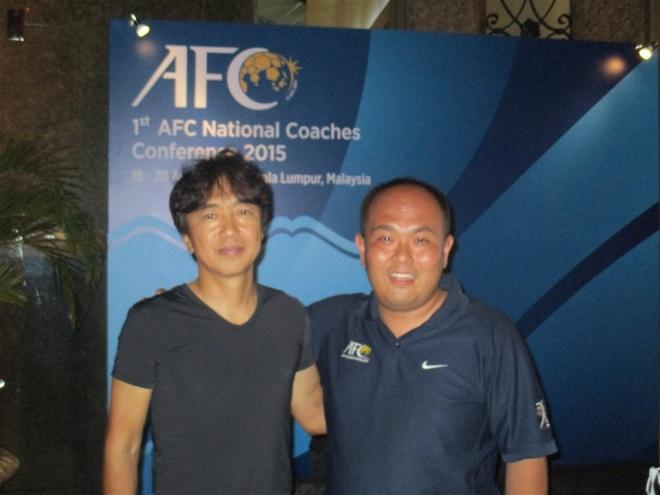 'HLV Miura noi rang minh bi tay chay o Viet Nam' hinh anh 2 Takashi Morimoto và HLV Miura tại cuộc hội thảo các HLV đội tuyển quốc gia châu Á.
