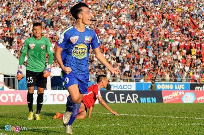 5 an tuong lon nhat ve V.League 2015 hinh anh 1 Tiền đạo Văn Toàn ăn mừng sau pha ghi bàn vào lưới Đồng Nai trong trận
