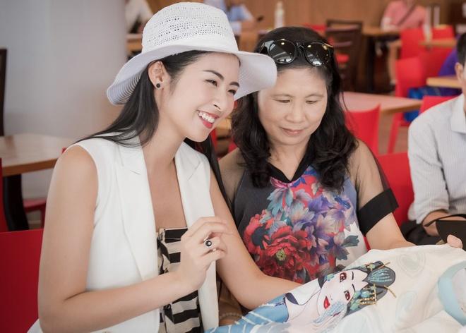Ngoc Han theu ao dai trong luc cho may bay cat canh hinh anh