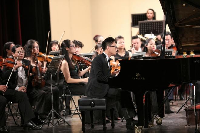 Vo chong Duong Thuy Linh co vu em trai bieu dien piano hinh anh 2