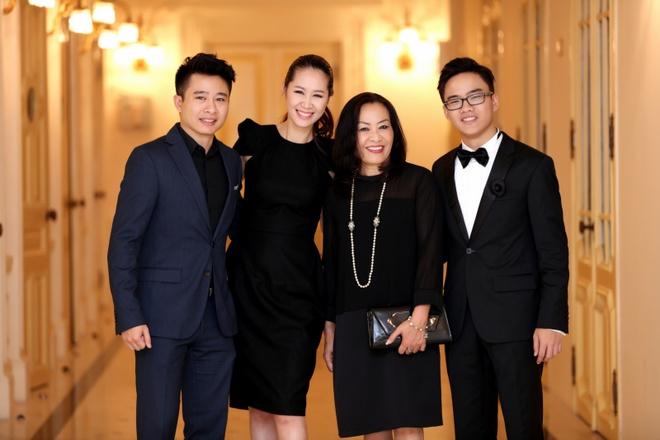 Vo chong Duong Thuy Linh co vu em trai bieu dien piano hinh anh 3