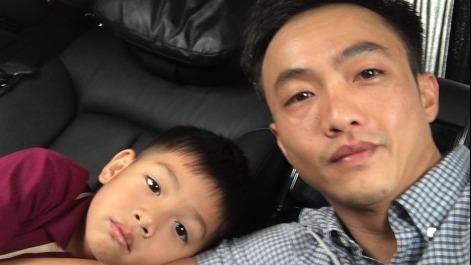 Cuong Do La dang clip con trai Subeo hat tieng Anh hinh anh
