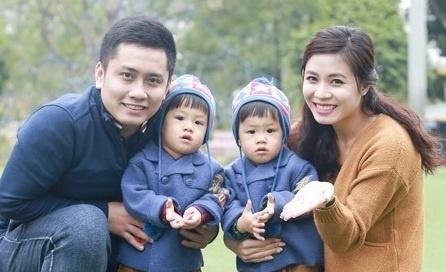 Ly hon Hoang Linh, MC Trung Nghia nhan cham soc 2 con hinh anh