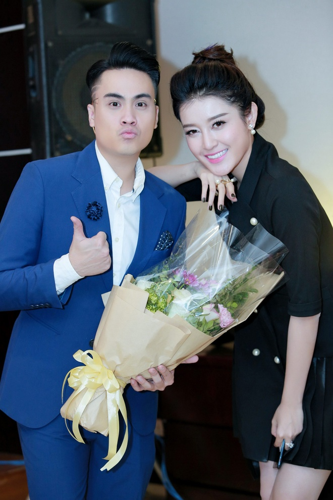 MC Thai Dung tang hoa mung sinh nhat Huyen My anh 2