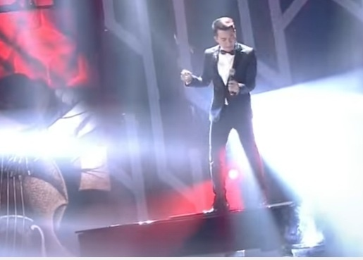 Ho Trung Dung gay tranh cai khi dung tren dan piano de hat hinh anh