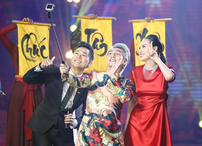 Son Tung M-TP hao hung selfie voi MC Nguyen Khang hinh anh 1