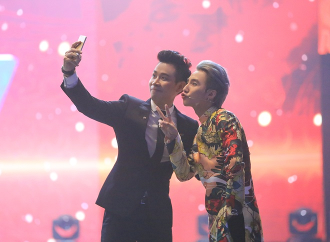 Son Tung M-TP hao hung selfie voi MC Nguyen Khang hinh anh 2
