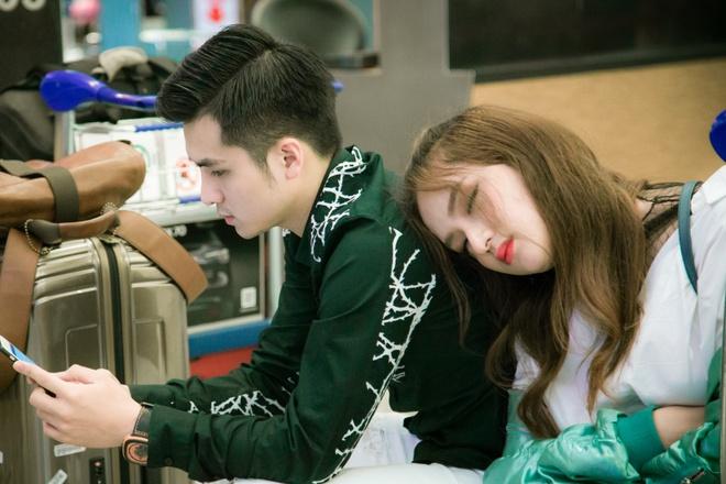Huong Giang Idol ngu guc tren vai ban trai Duong Hoang Yen o san bay hinh anh